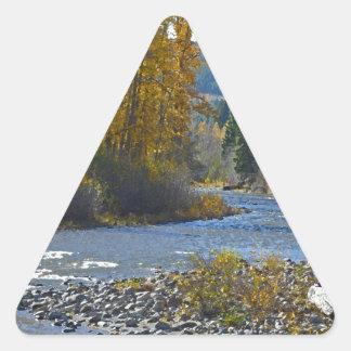 Escena del bosque y del río del otoño pegatina triangular