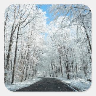 Escena del camino del invierno Nevado Pegatina Cuadrada