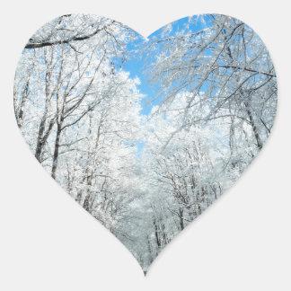 Escena del camino del invierno Nevado Pegatina En Forma De Corazón