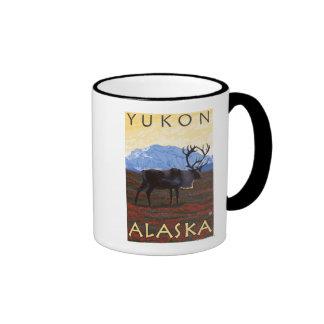 Escena del caribú - el Yukón, Alaska Taza