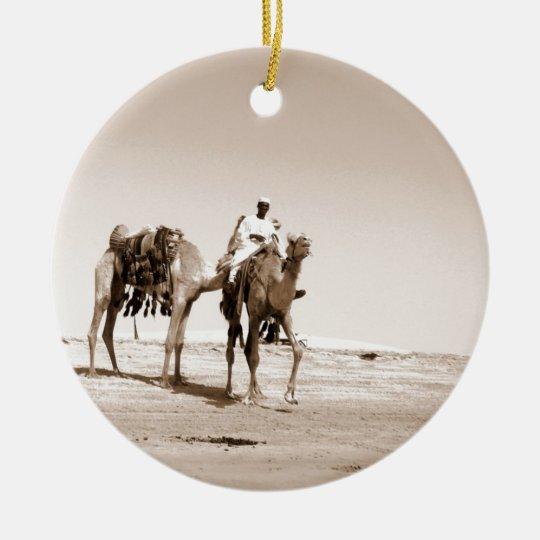 Escena del desierto con los camellos adorno navideño redondo de cerámica