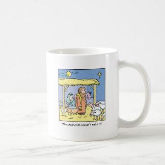 Escena del establo del dibujo animado del navidad taza básica blanca