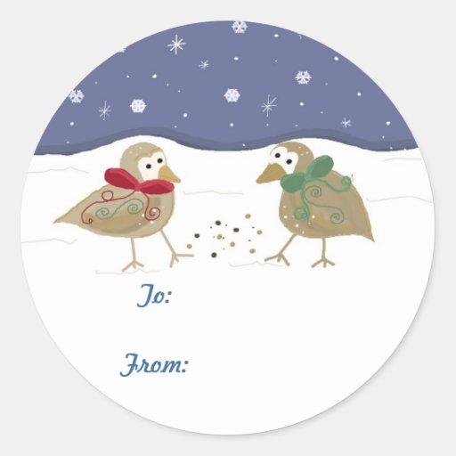 Escena del invierno con dos pequeños pájaros pegatina redonda