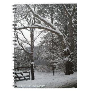 Escena del invierno de una granja nevada en la cen libretas