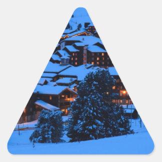 Escena del invierno pegatina triangular