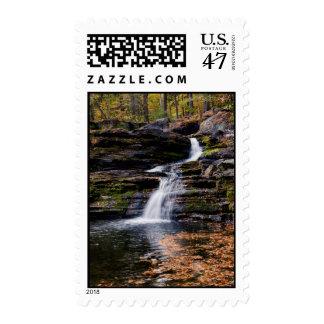 Escena del otoño en las caídas de la fábrica timbre postal