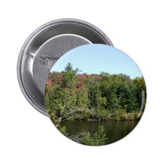 Escena del río del árbol del otoño pin redondo de 2 pulgadas
