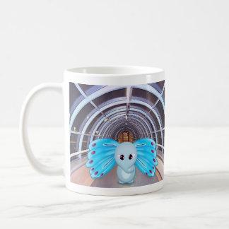 Escena futurista del elefante de la mariposa taza clásica