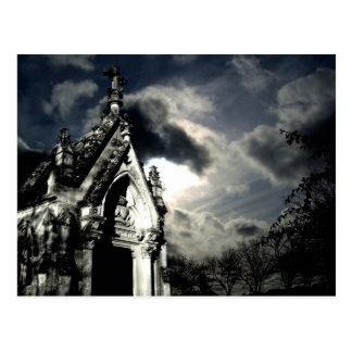Escena hermosa de la cripta gótica del cementerio postal