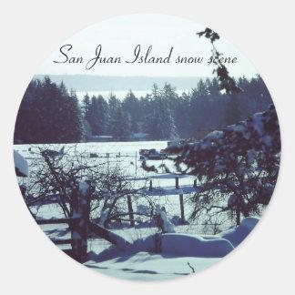 Escena hermosa de la nieve 1985 en la granja de pegatina redonda