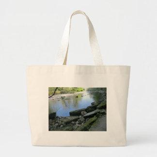 Escena hermosa de la orilla del río bolsa tela grande