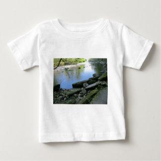 Escena hermosa de la orilla del río camiseta