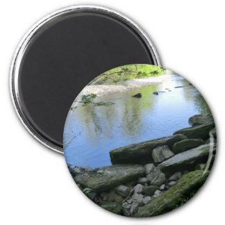 Escena hermosa de la orilla del río imán redondo 5 cm