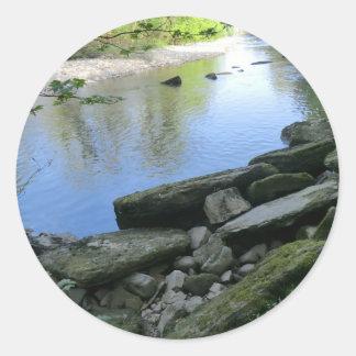 Escena hermosa de la orilla del río pegatina redonda