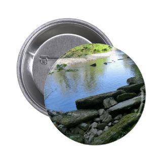 Escena hermosa de la orilla del río pin redondo 5 cm