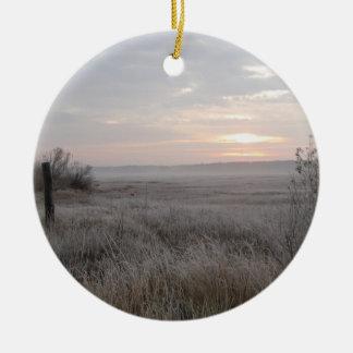 Escena hermosa del invierno adorno navideño redondo de cerámica