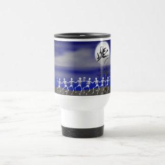 Escena iluminada por la luna del fiesta de tazas de café