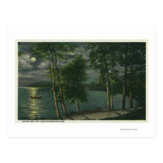 Escena iluminada por la luna en el lago postal