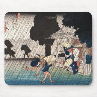 Escena japonesa fresca del día lluvioso del ukiyo- alfombrillas de ratón