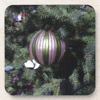 Escena magnífica de la bola del navidad en un árbo posavasos de bebidas
