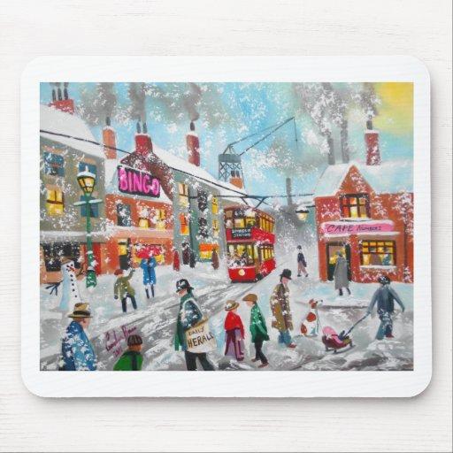 Escena ocupada de la calle del invierno de la niev alfombrillas de raton