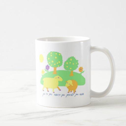 escena-ovejas, árboles y flores de la taza de café