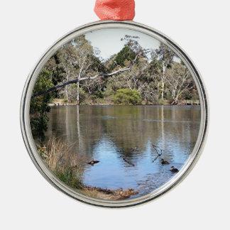 Escena pacífica del lago ornamento de reyes magos
