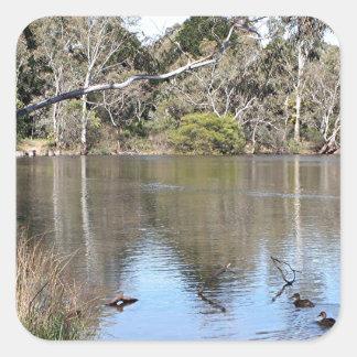 Escena pacífica del lago pegatina cuadrada