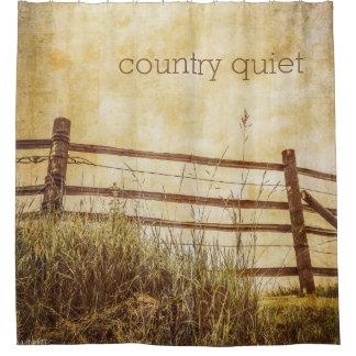 Escena reservada de la cerca y del cielo del país cortina de baño