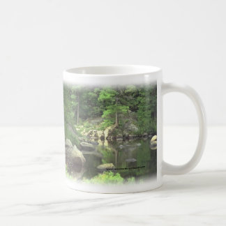 Escena rocosa del lago del cup~~ del café taza clásica
