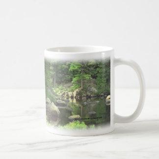 Escena rocosa del lago del cup~~ del café taza de café