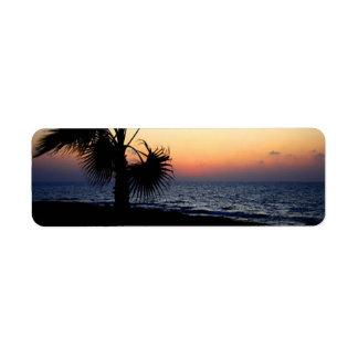 Escena romántica de la playa etiquetas de remite