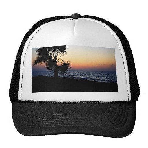 Escena romántica de la playa gorras de camionero