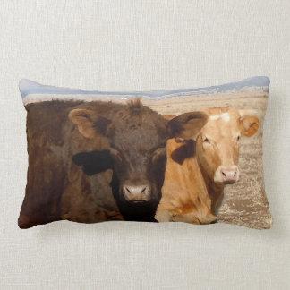 Escena rural del ganado de los amigos occidentales almohada