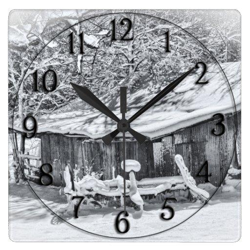 Escena rural del invierno del granero y del rastri reloj cuadrado