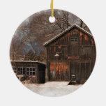Escena rústica de la nieve del vintage del granero ornaments para arbol de navidad