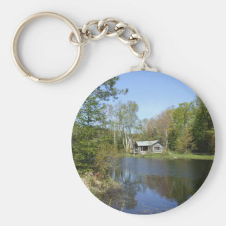 Escena rústica del agua de la cabina llavero redondo tipo pin