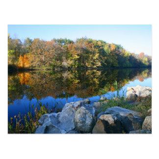 escena serena en la orilla del río tarjeta postal