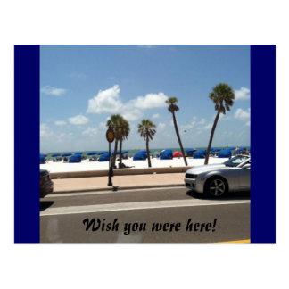 Escena soleada de la playa en una postal