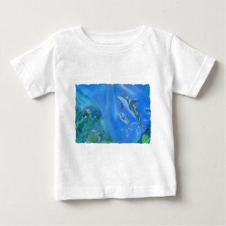 Escena subacuática del delfín tee shirts