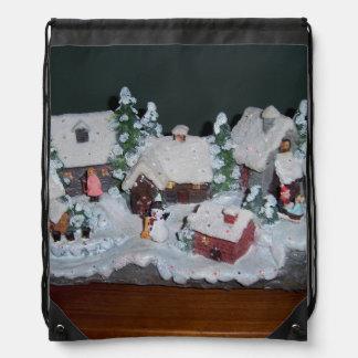 Escena sueca del invierno del día de fiesta mochila