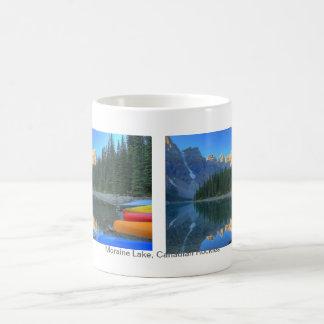 Escena tranquila en el lago moraine taza de café