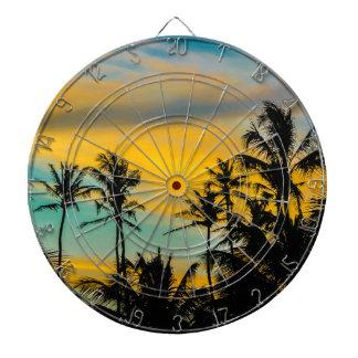 Escena tropical en el tiempo de la puesta del sol