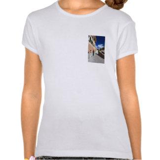 escena urbana en Bogliasco, Italia Camisetas
