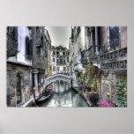 Escena urbana en el poster de Venecia