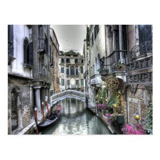 Escena urbana en la postal de Venecia