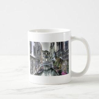 Escena urbana en la taza de Venecia