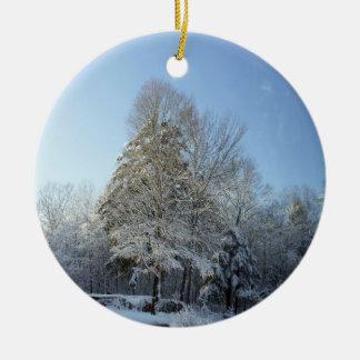 Escenas del árbol de pino de la mañana del adorno navideño redondo de cerámica