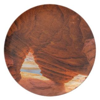 Escénico de la cueva erosionada de la piedra plato de comida