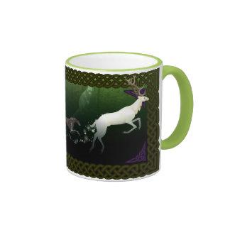 Escocés Deerhounds y taza blanca del macho